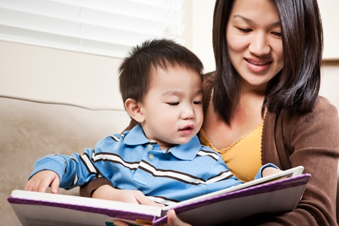 Kid-reading-with-mom